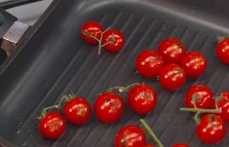 Салат «Цезарь» с помидорами черри рецепт с фото по шагам - фото 2 шага