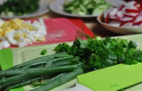 Салат из редиса с яйцом, огурцом и зеленью рецепт с фото по шагам - фото 2 шага